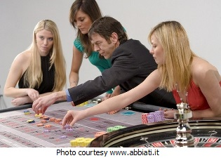 American style, single zero roulette table with players placing bets.